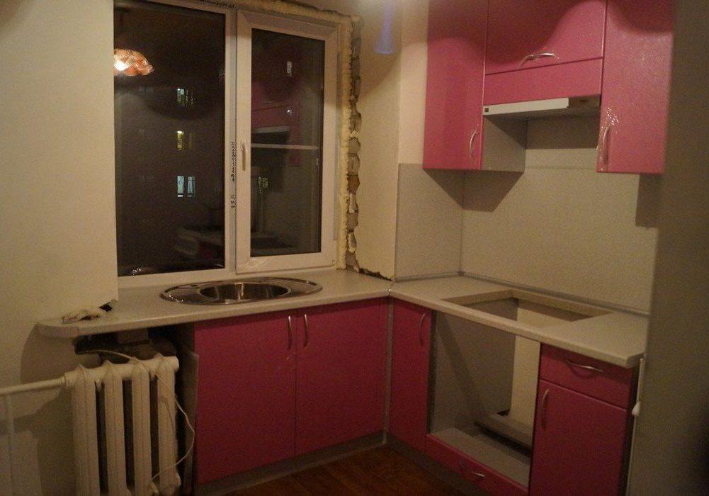 Мойка под окном на маленькой кухне