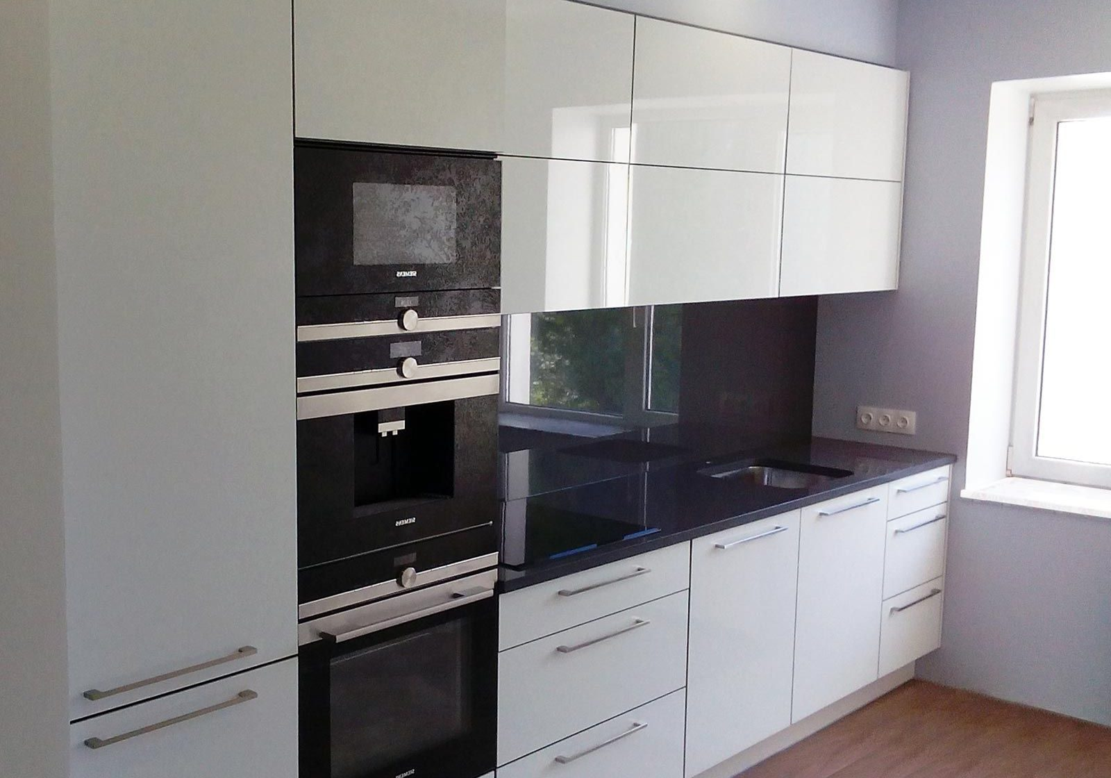Небольшая глянцевая кухня, белого цвета