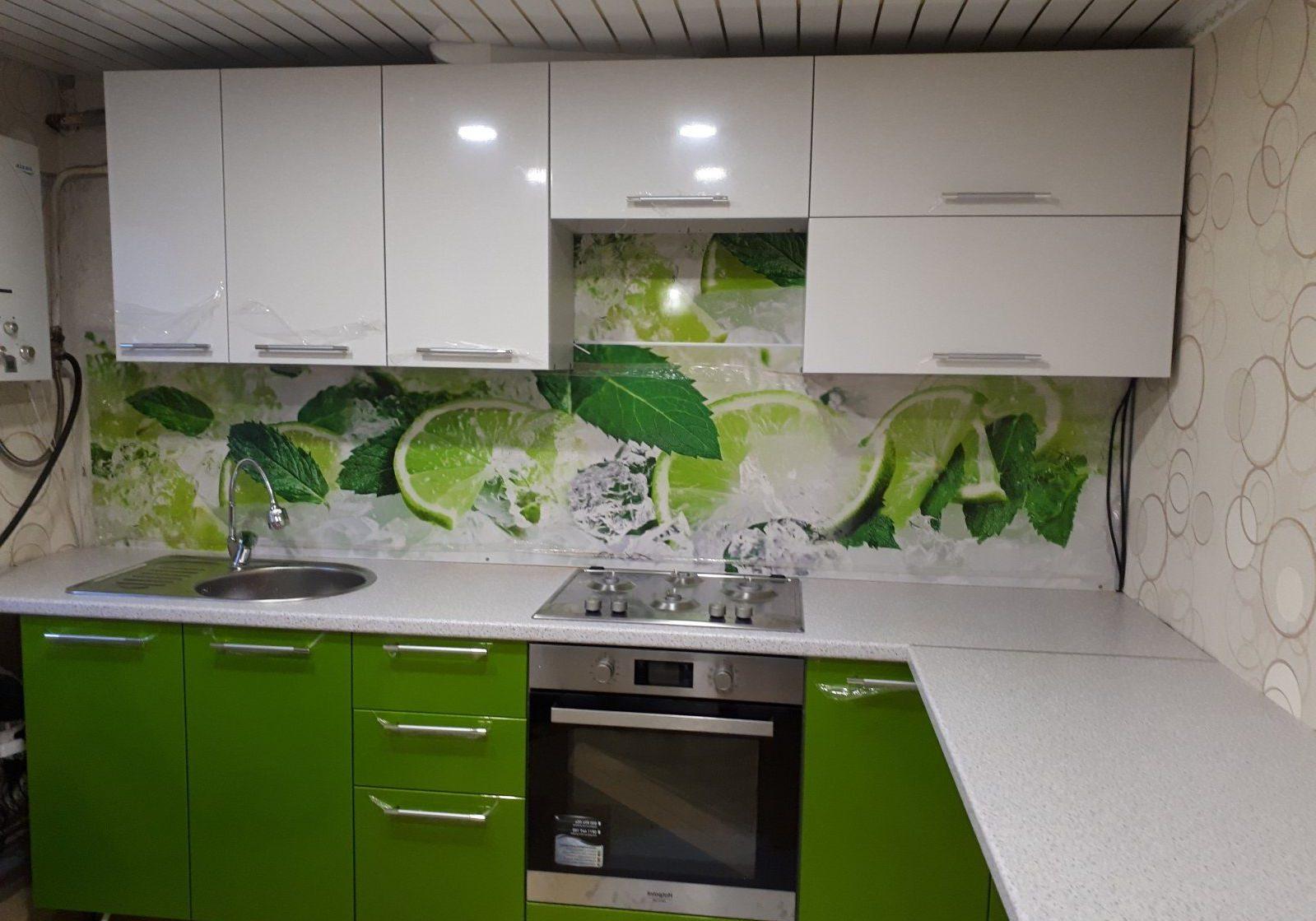 Небольшая крашенная кухня бело зеленого цвета