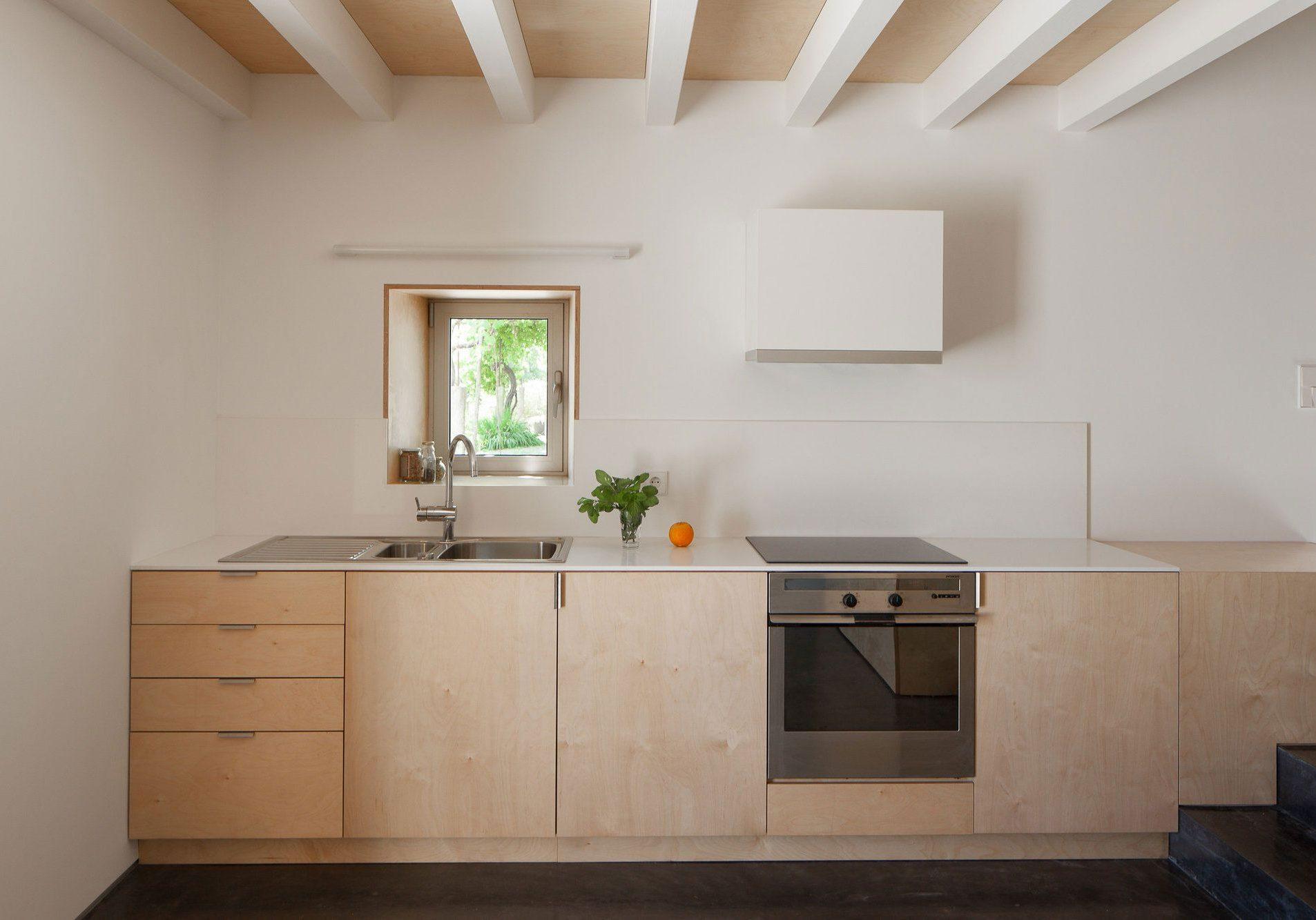 Небольшая кухня из фанеры для дома