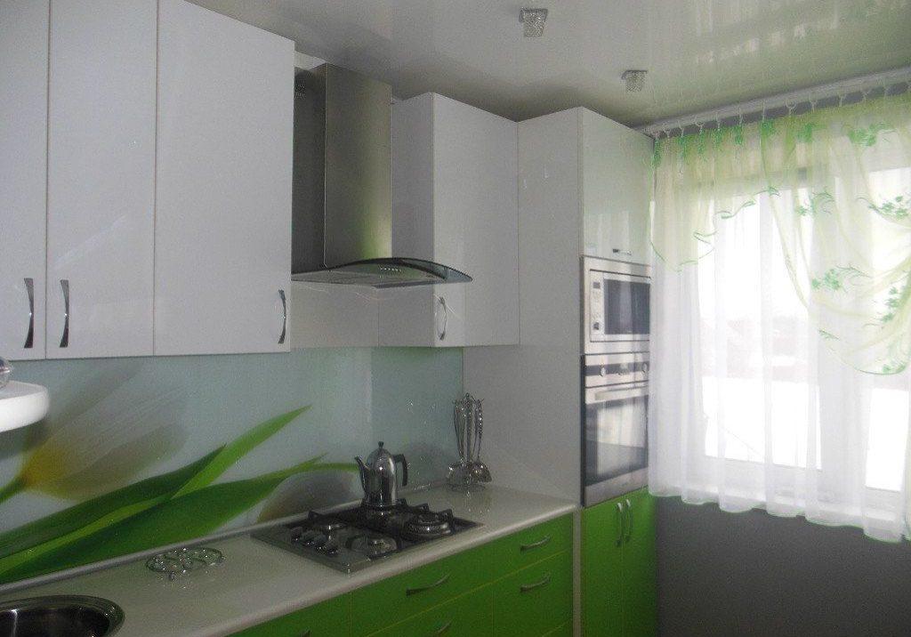 Небольшая кухня в бело-зеленых тонах