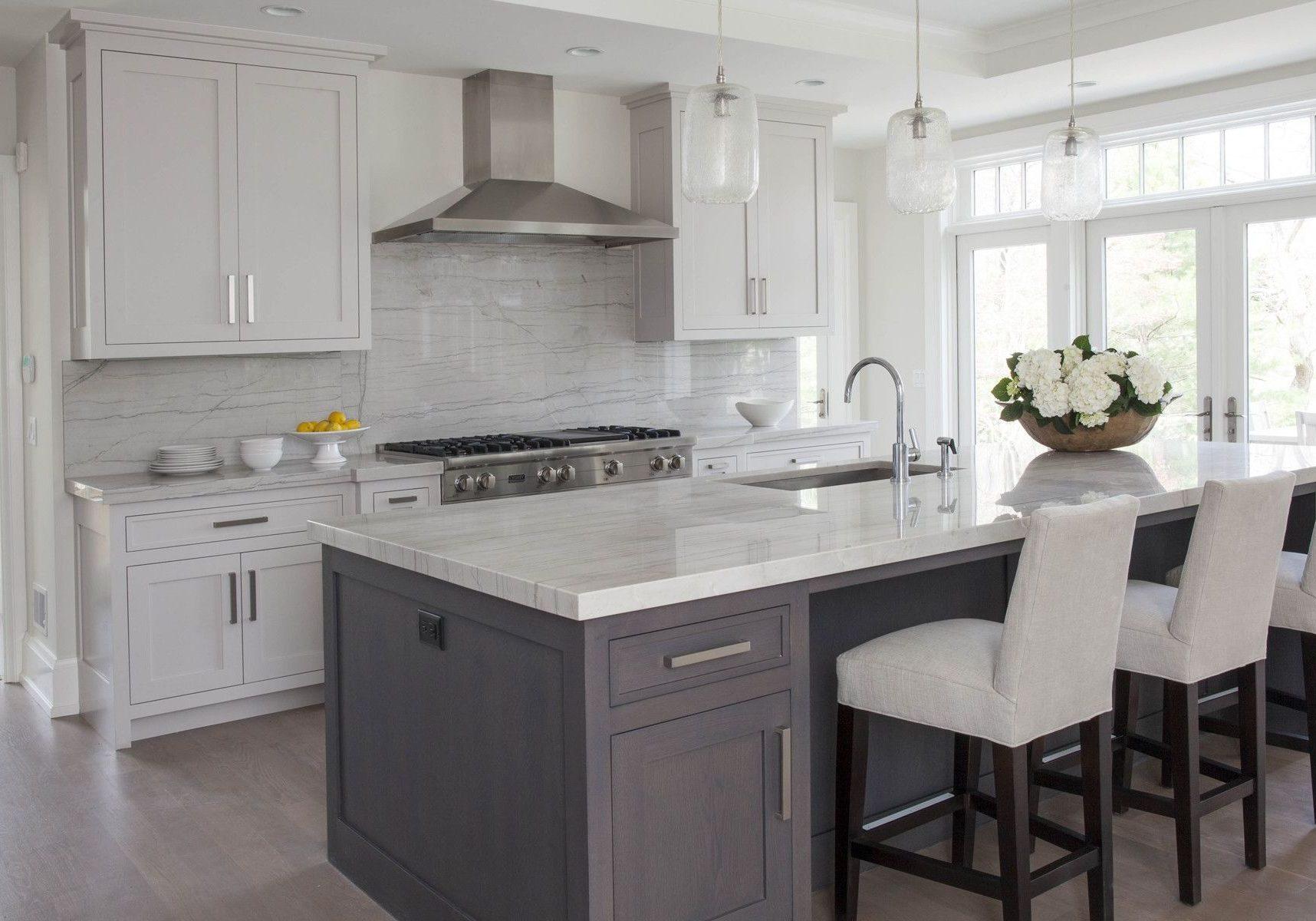 Небольшая прямая бело-серая кухня с островом, матовый модерн