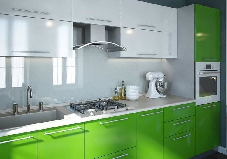 Небольшая прямая кухня белого и зеленого цвета