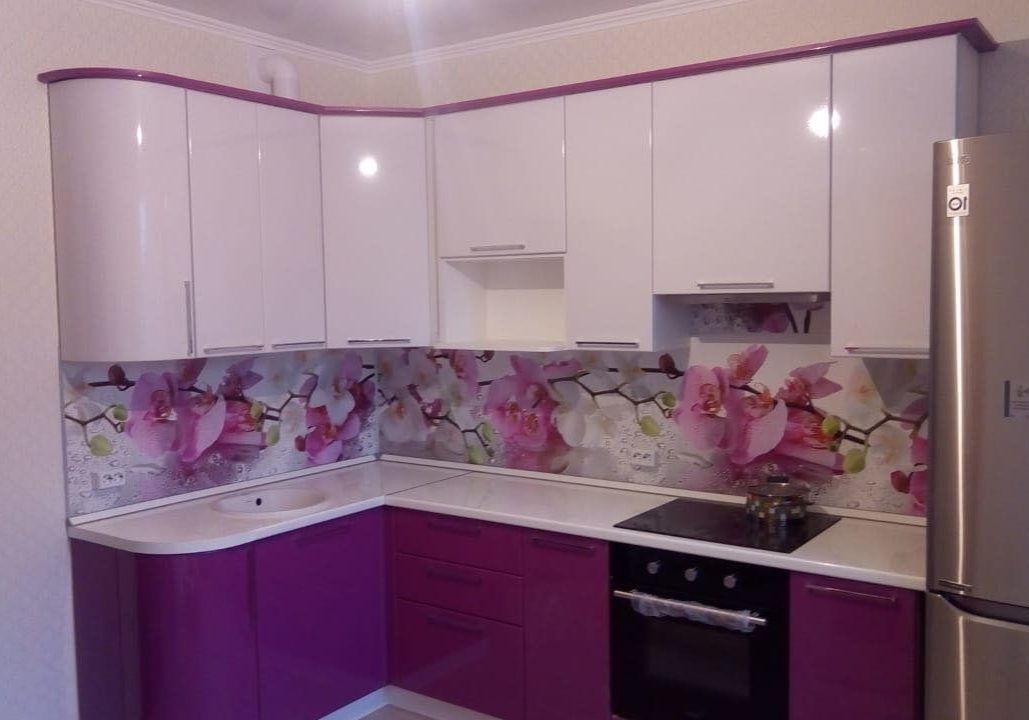 Небольшая угловая бело-фиолетовая кухня глянец