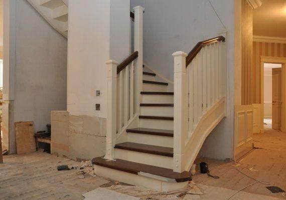 Входная зона небольшой лестницы из массива дуба