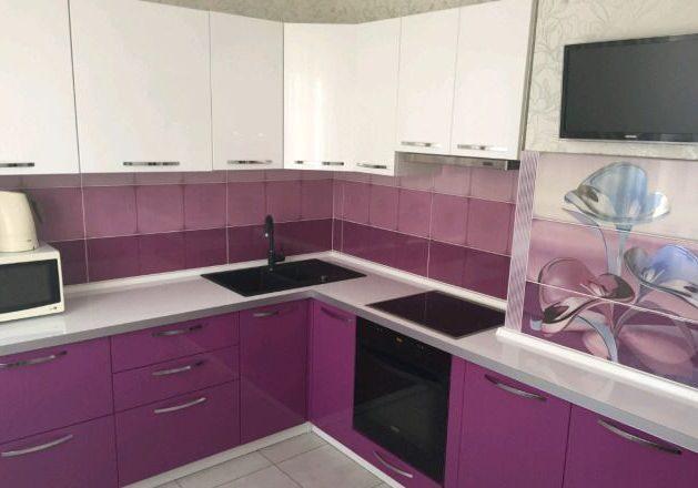 Недорогая бело-фиолетовая кухня угловая