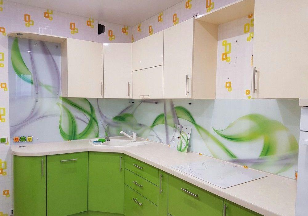 Недорогая бело-зеленая кухня