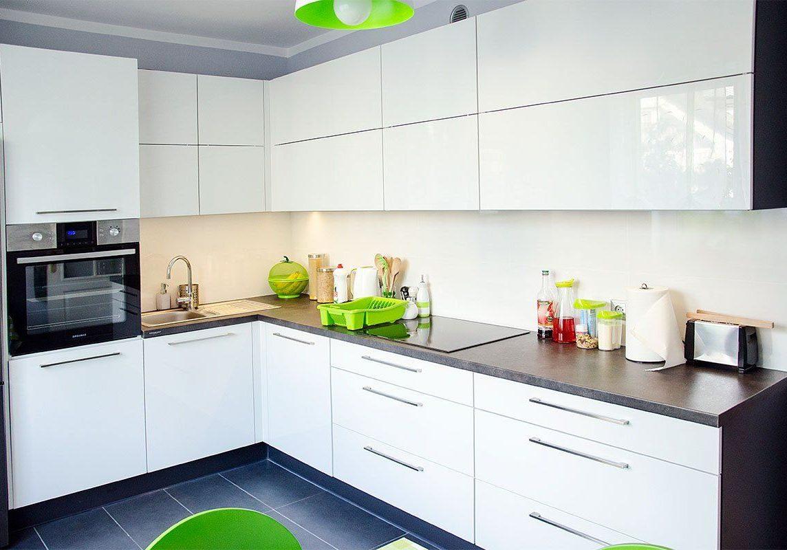Недорогая глянцевая белая кухня