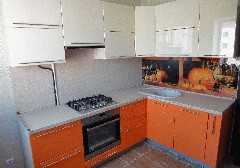Недорогая кухня бело-оранжевая маленькая угловая