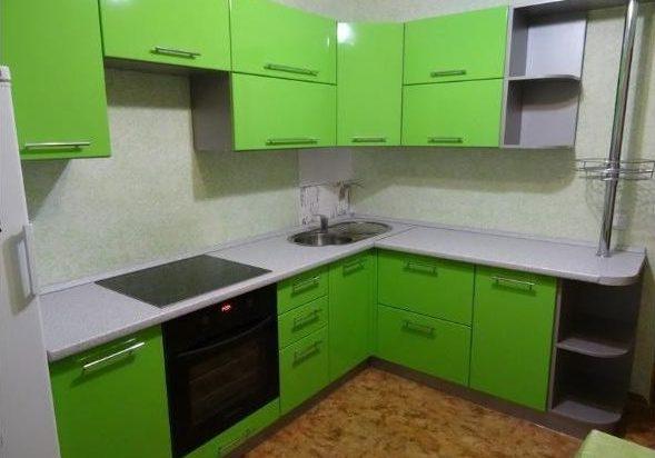 Недорогая кухня с крашенными зелеными фасадами