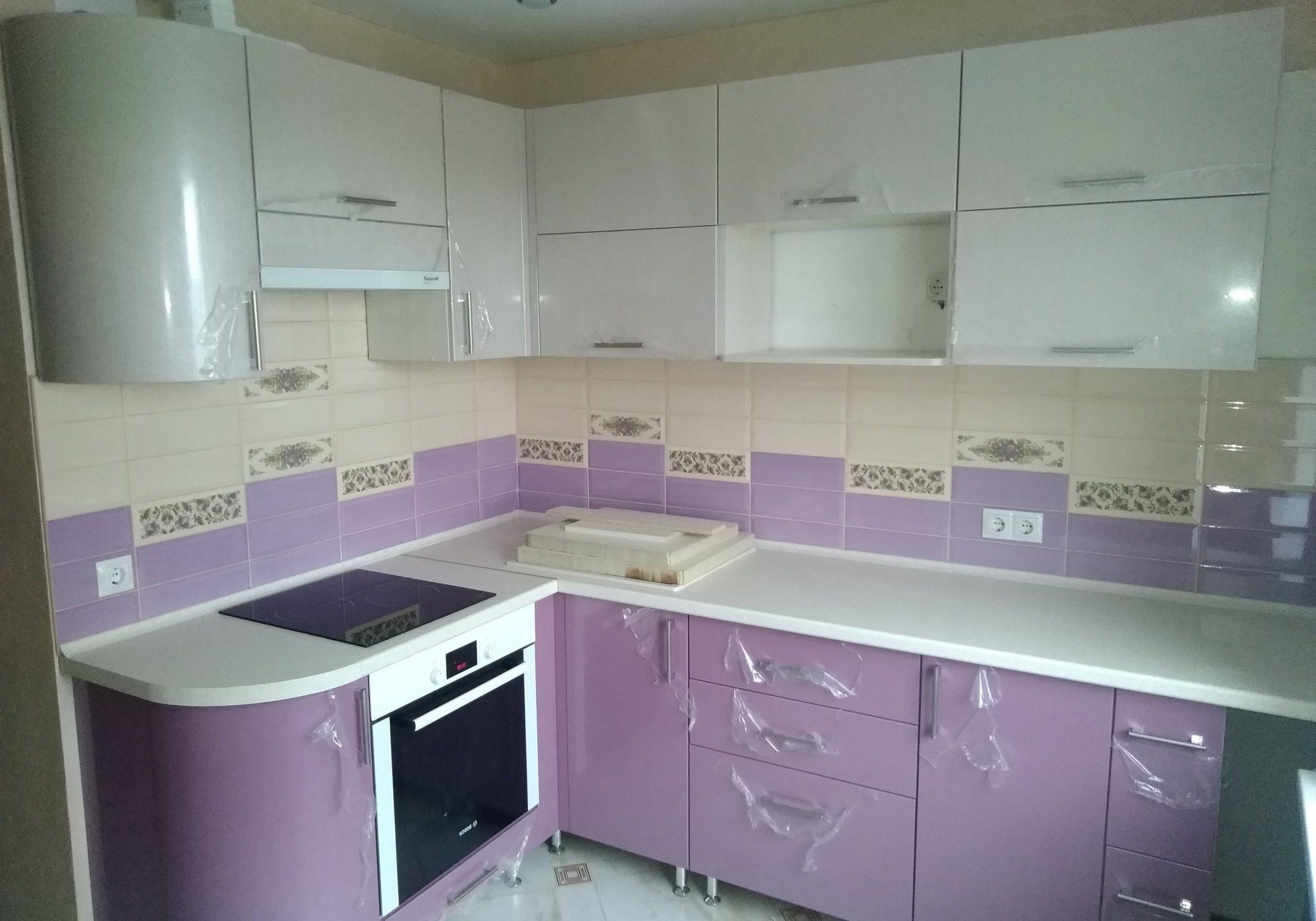 Недорогая угловая бело-фиолетовая кухня