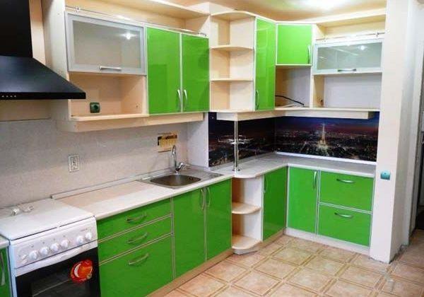 Недорогая угловая кухня зеленого цвета