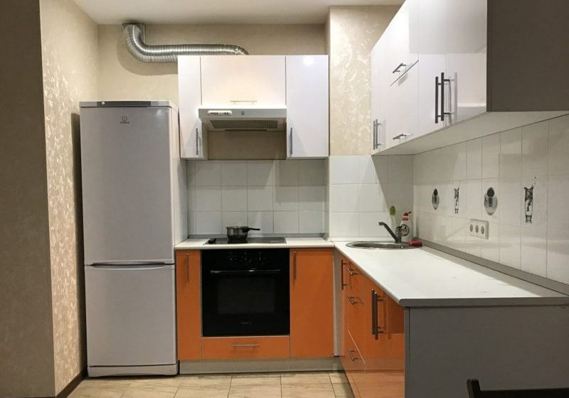 Оранжево-белая кухня из пластика