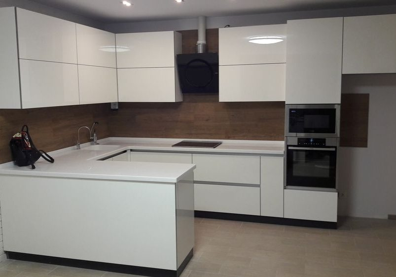 П-образная белая глянцевая кухня МДФ с барной стойкой и деревом