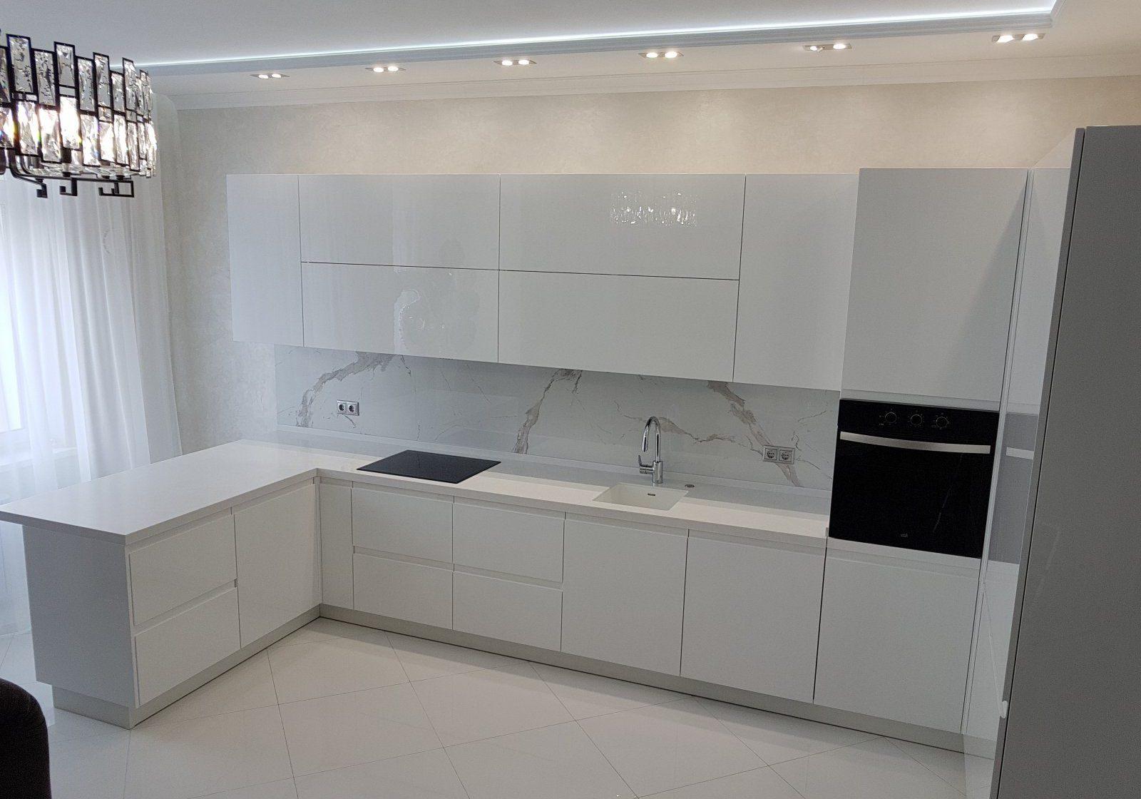 п-образная белая кухня глянец с барной стойкой