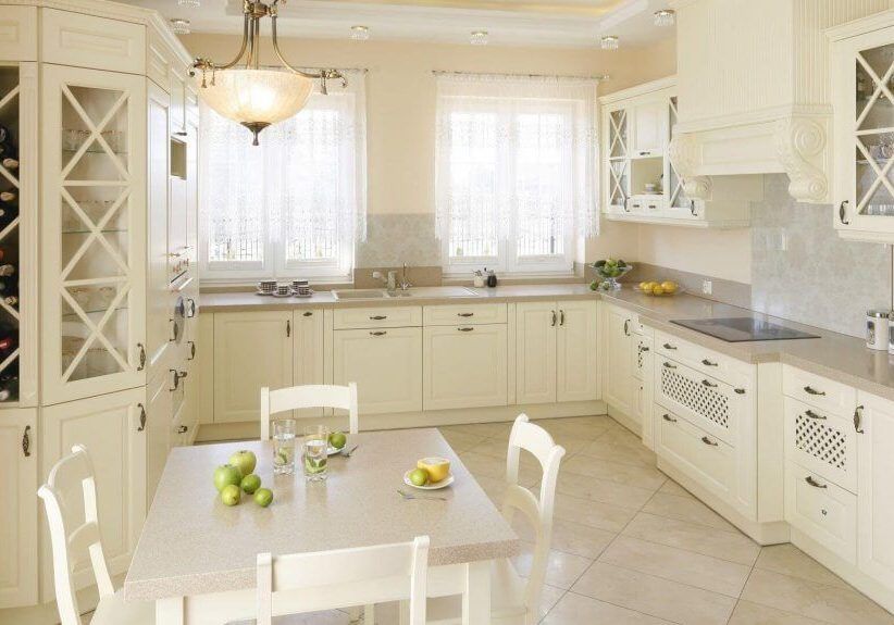 п-образная белая кухня под окно, классика, модерн