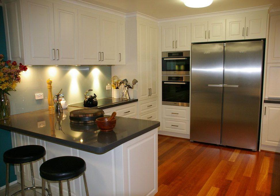 П-образная белая кухня с барной стойкой, с островом, модерн