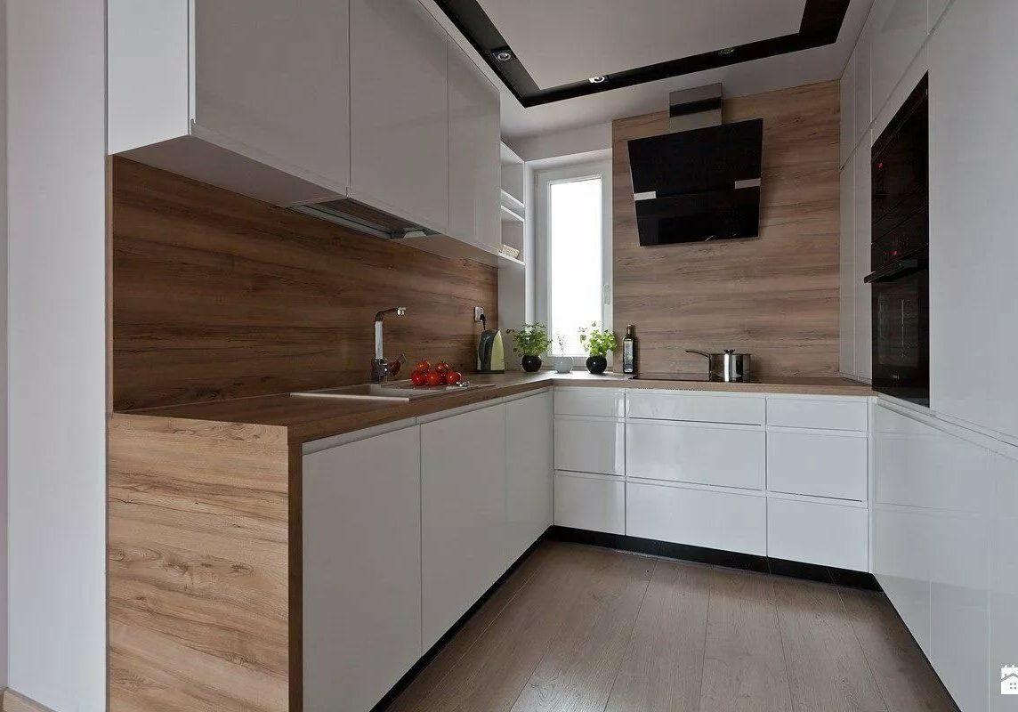 П-образная белая кухня с деревом, глянец