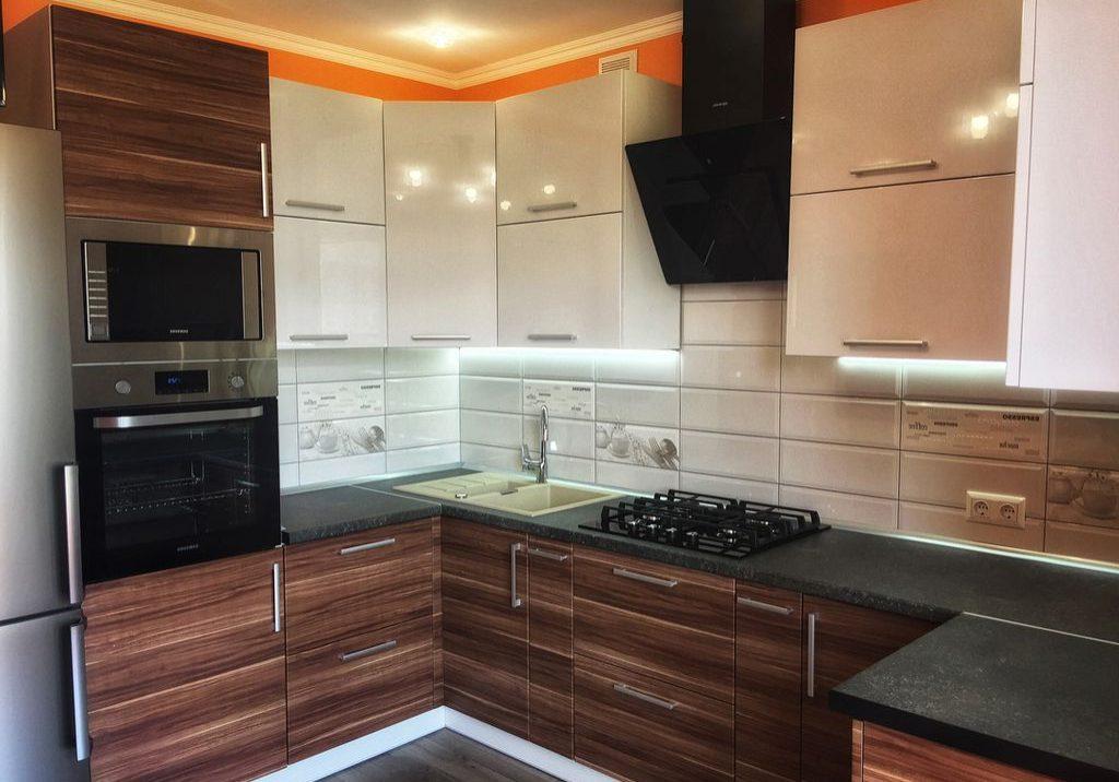 П-образная белая кухня с деревом, МДФ пленка