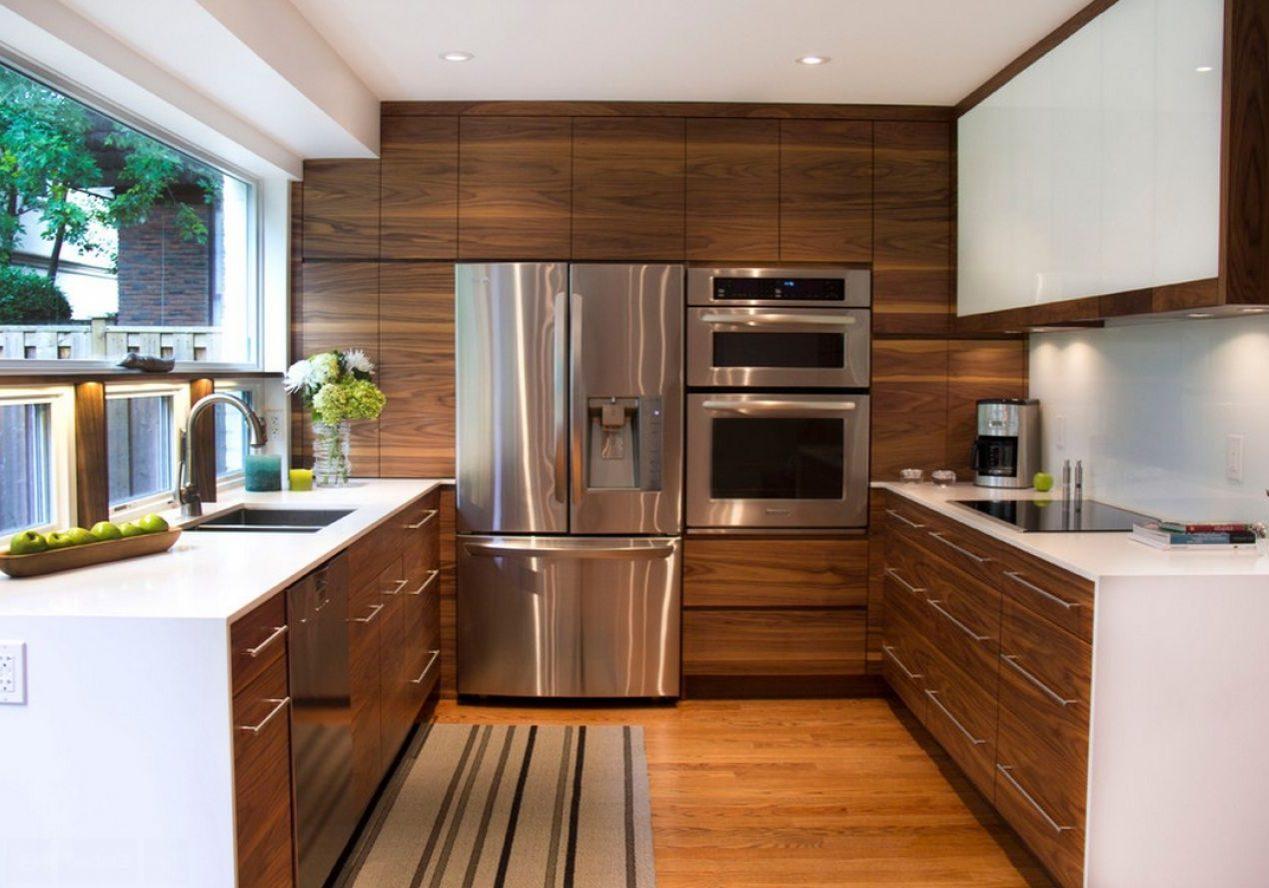 П-образная белая кухня с деревом под окно