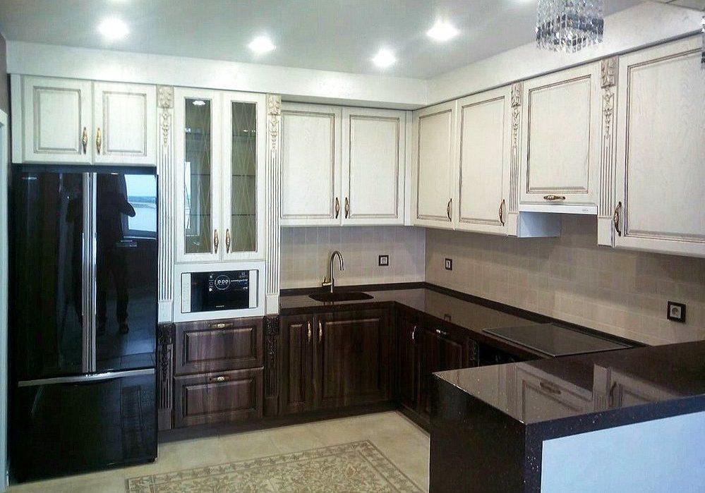 П-образная белая кухня с деревом, с барной стойкой, МДФ глянец пленка