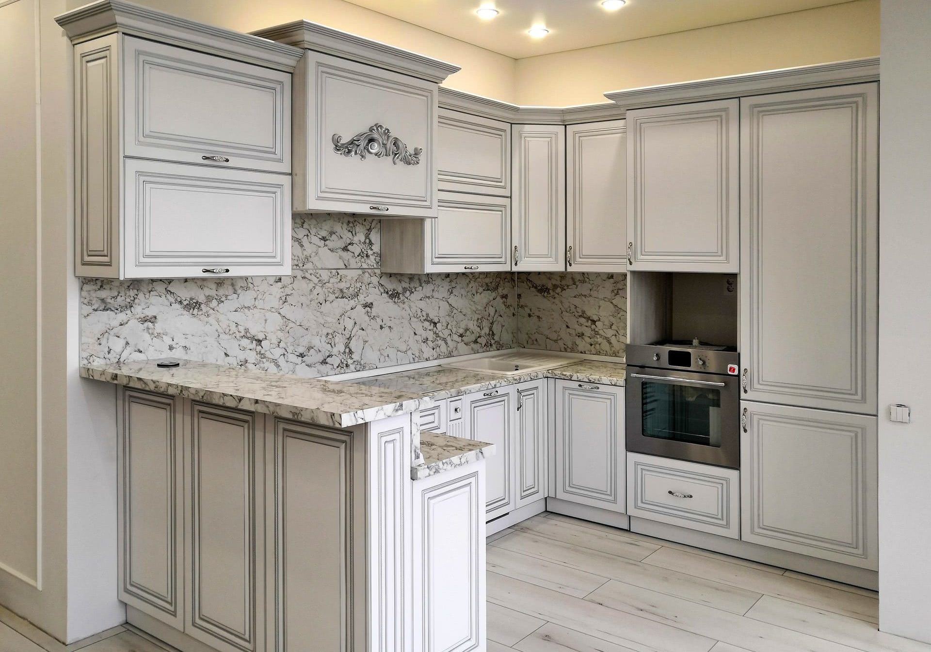П-образная белая кухня с патиной и барной стойкой, классика