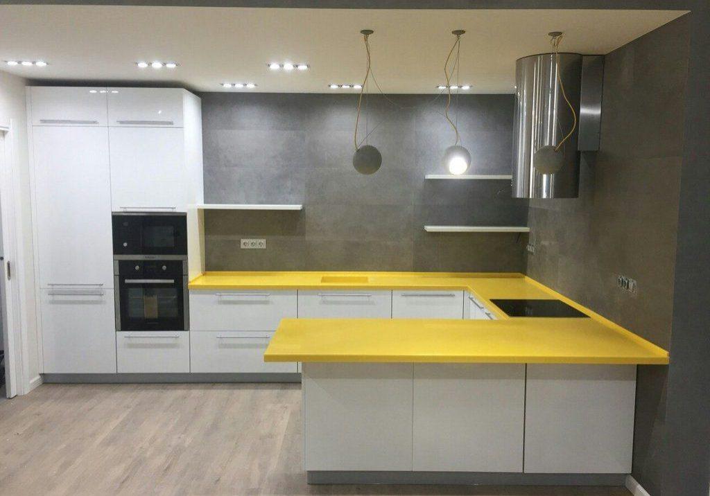 П-образная белая кухня с желтой столешницей, с барной стойкой, с островом