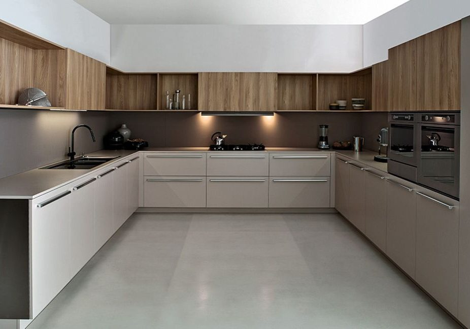 П-образная белая с деревом кухня
