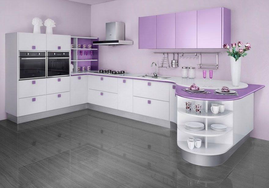 П-образная бело-фиолетовая кухня с островом и барной стойкой