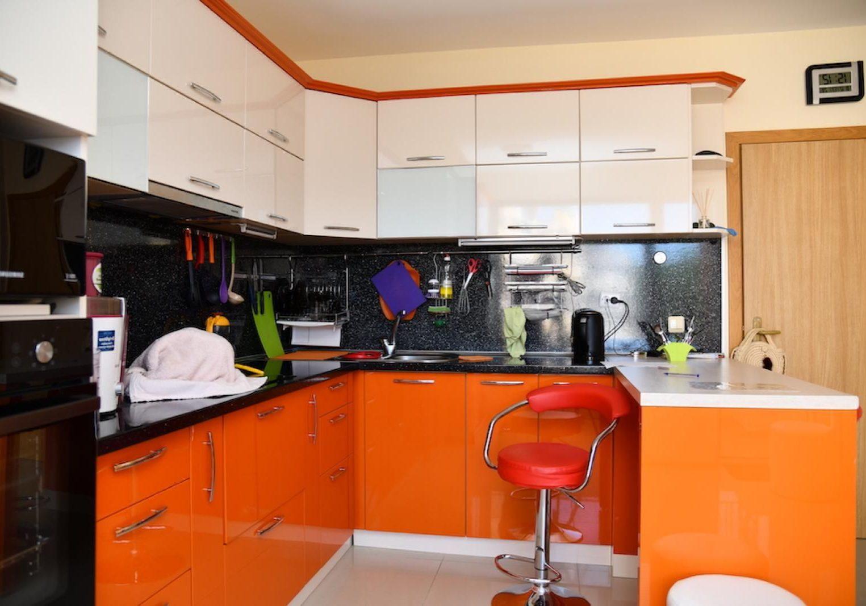 П-образная бело-оранжевая кухня с барной стойкой глянец МДФ эмаль 2