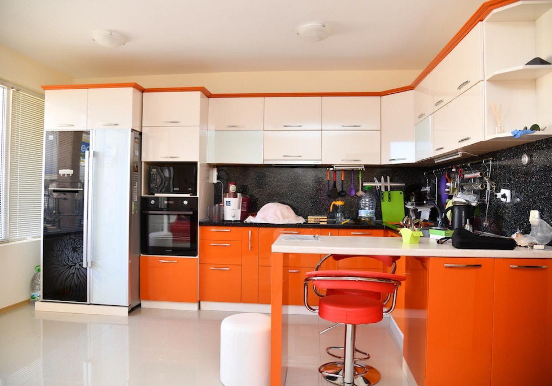 П-образная бело-оранжевая кухня с барной стойкой глянец МДФ эмаль