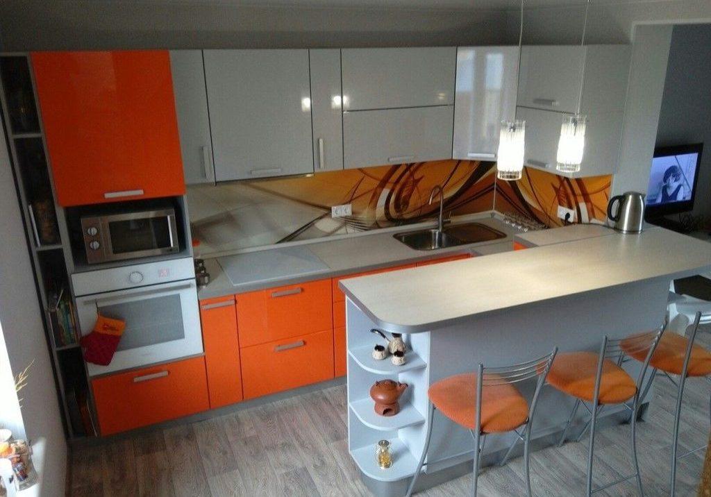 П-образная бело-оранжевая кухня с барной стойкой