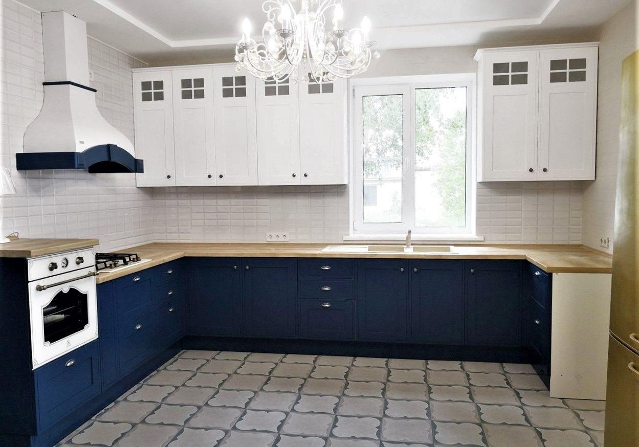 П-образная бело-синяя кухня под окно, матовая, модерн