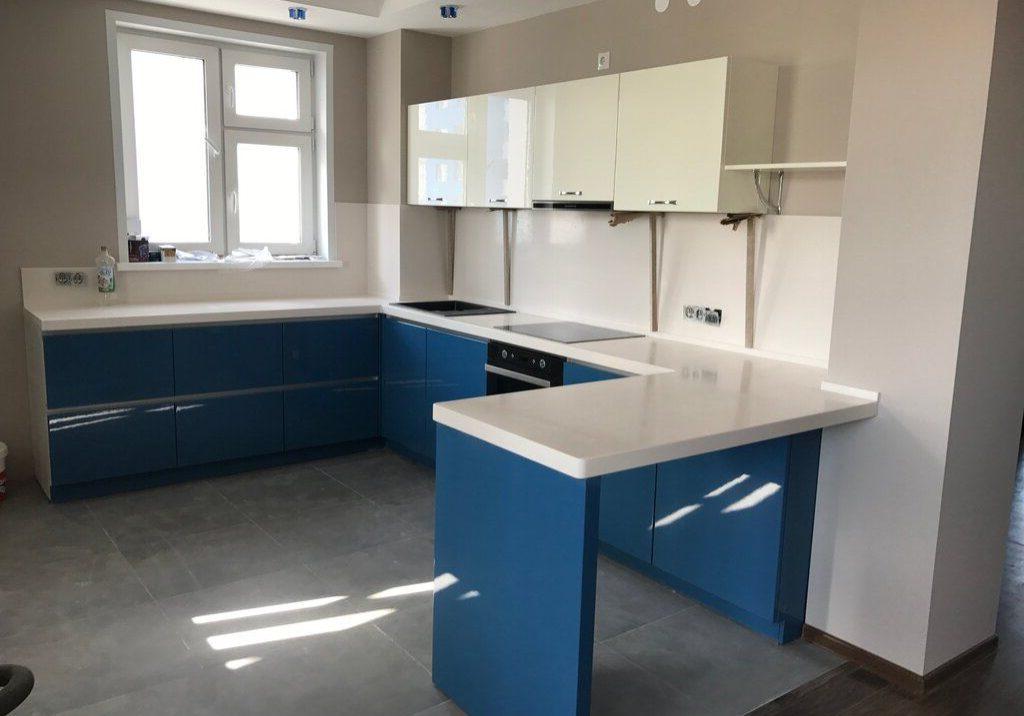 П-образная бело-синяя кухня с барной стойкой