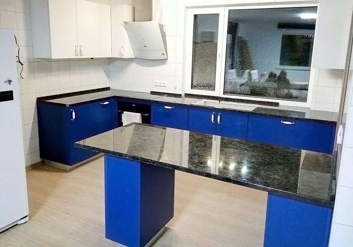 П-образная бело-синяя кухня с барной стойкой под окно