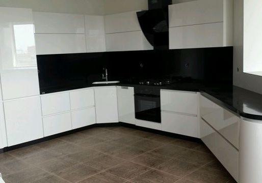 П-образная черно-белая кухня глянец, МДФ