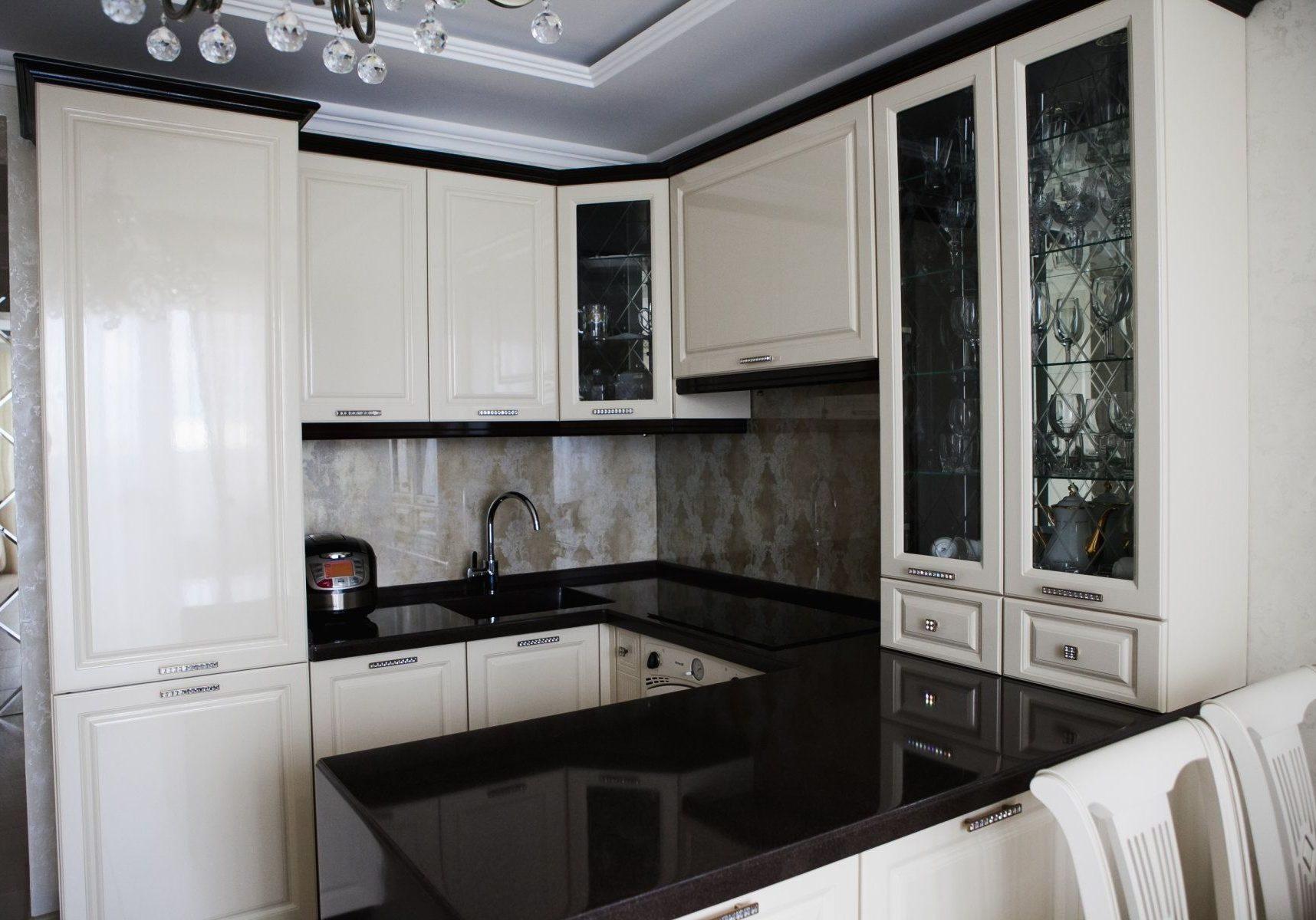 П-образная черно-белая кухня с барной стойкой, МДФ глянец