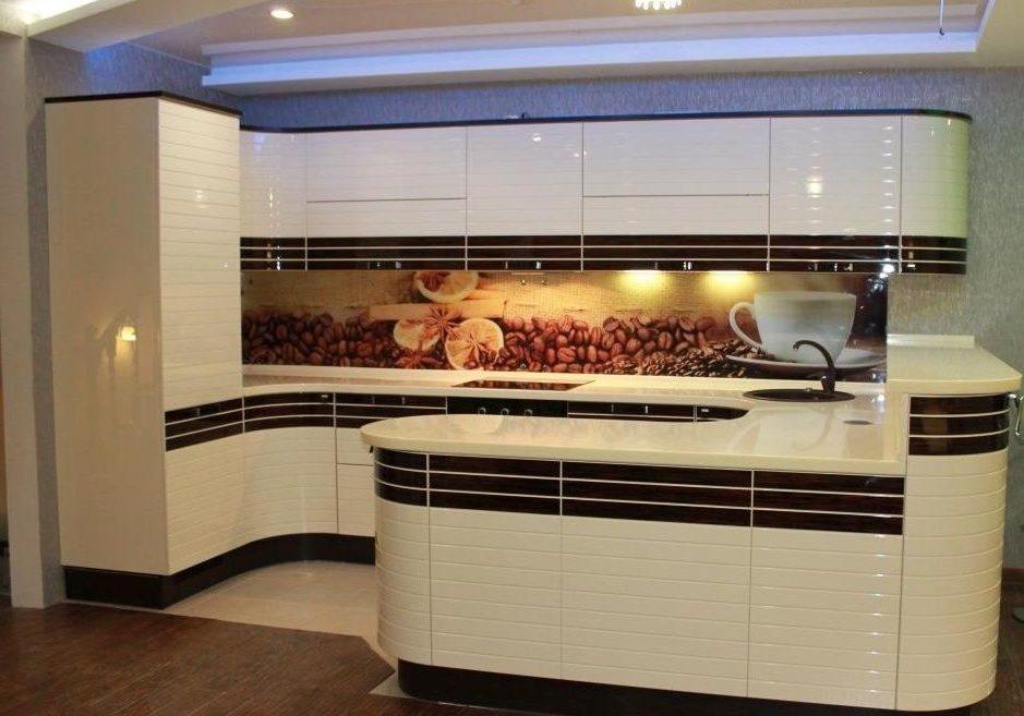 П-образная кухня белая с черной полоской, с барной стойкой, с островом