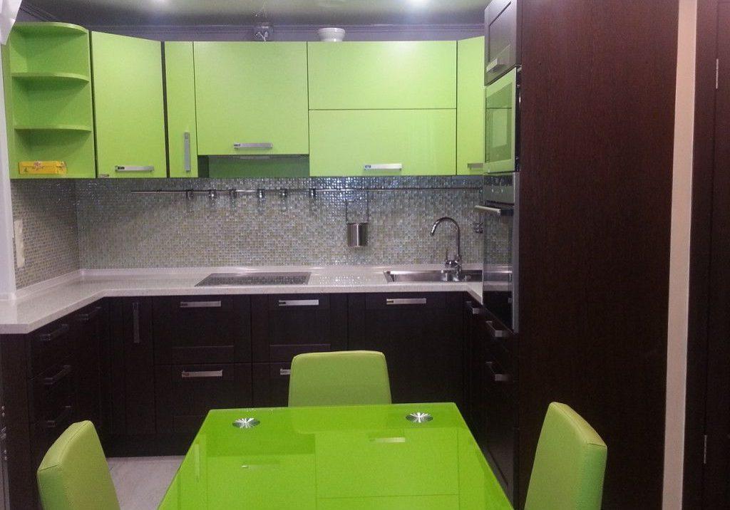 П-образная кухня черно-зеленого цвета с матовыми фасадами