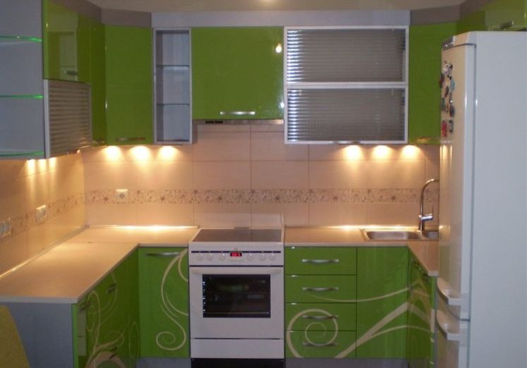 П-образная кухня эмаль с зелеными фасадами с рисунком