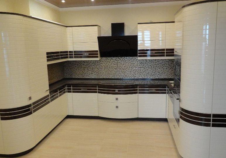 П-образная кухня глянец белого цвета в полоску черную под дерева венге