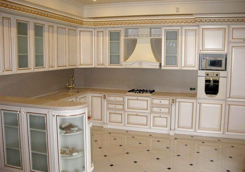 П-образная кухня классика, белого цветас золотистой патиной, с барной стойкой, барокко