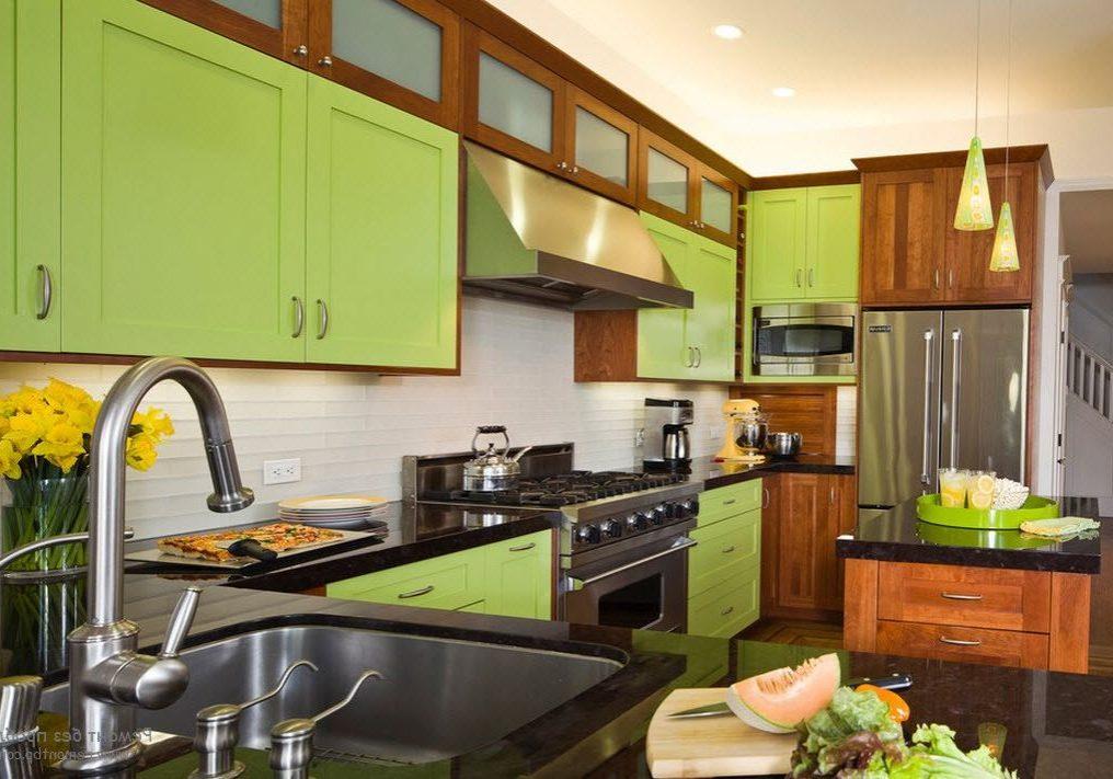 П-образная кухня с островом, фасады под дерево и зеленого цвета