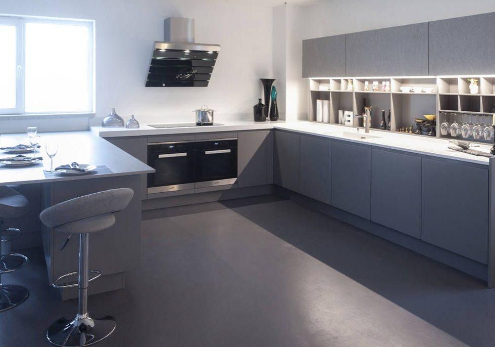 П-образная серо-белая кухня с барной стойкой