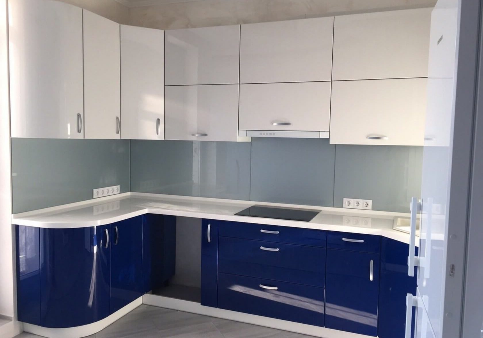 П-образная сине-белая кухня глянец