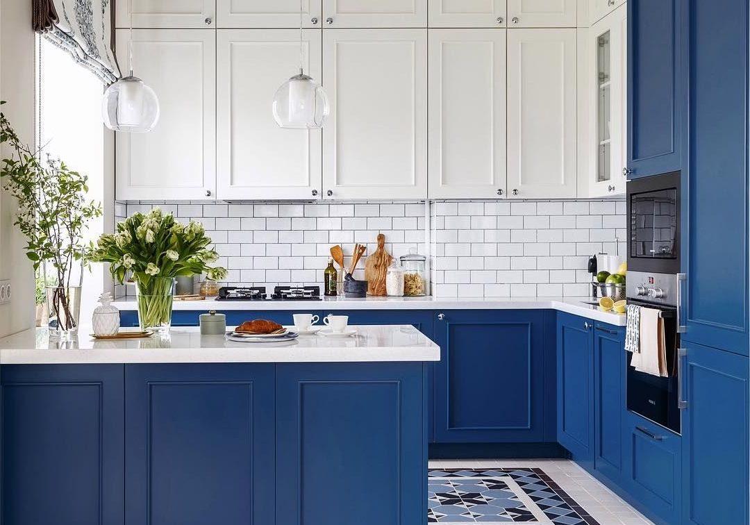 П-образная сине-белая кухня матовая под окно