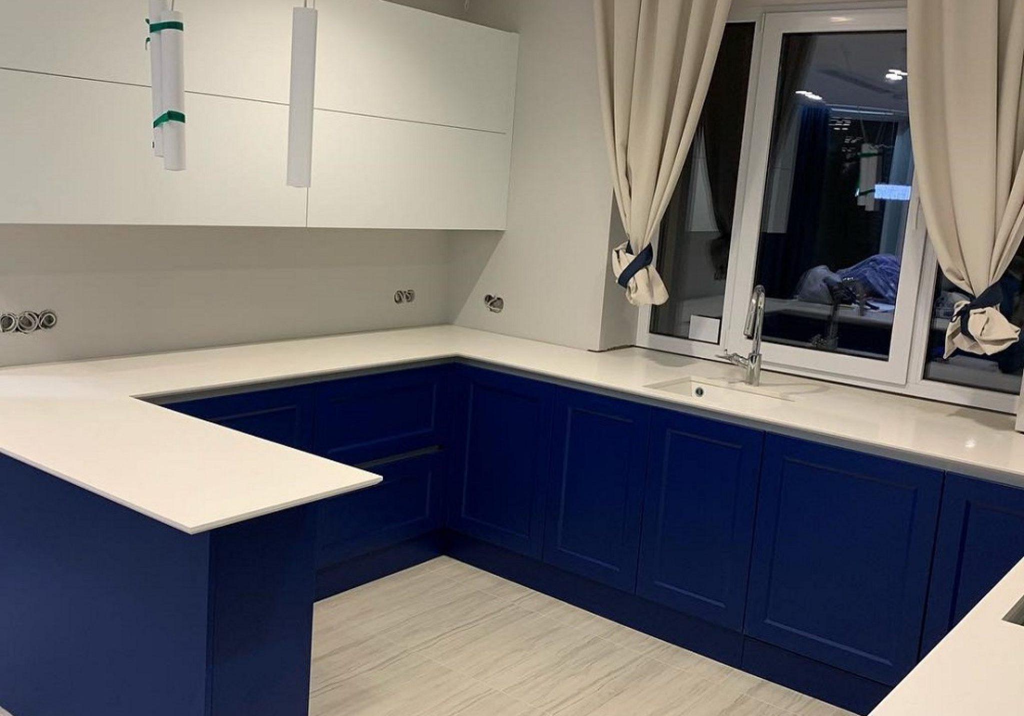 П-образная сине-белая кухня под окно с барной стойкой, матовая, модерн