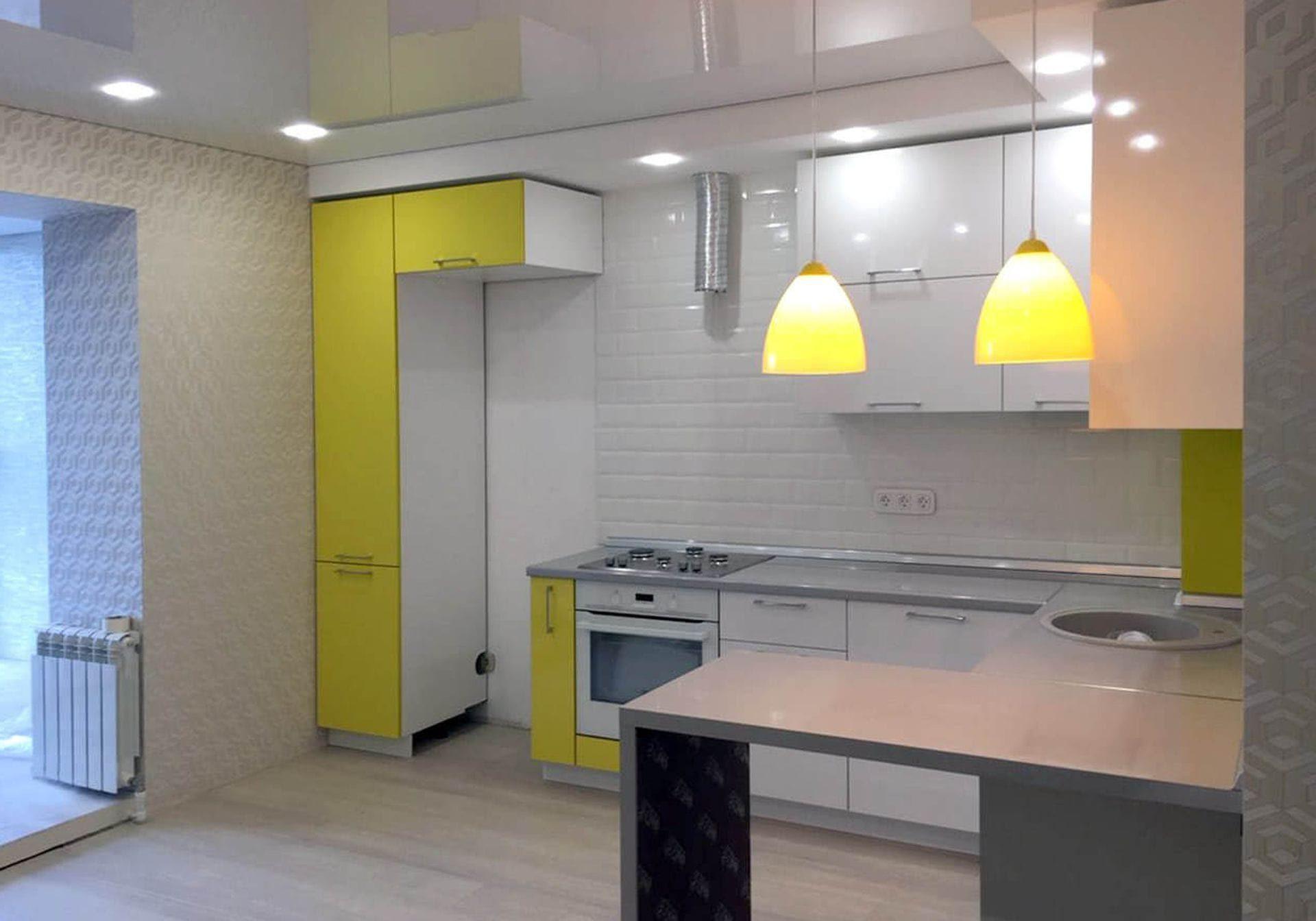 П-образная желто-белая кухня с барной стойкой, матовая