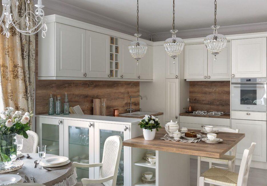 П-образня белая кухня модерн с деревом,с барной стойкой