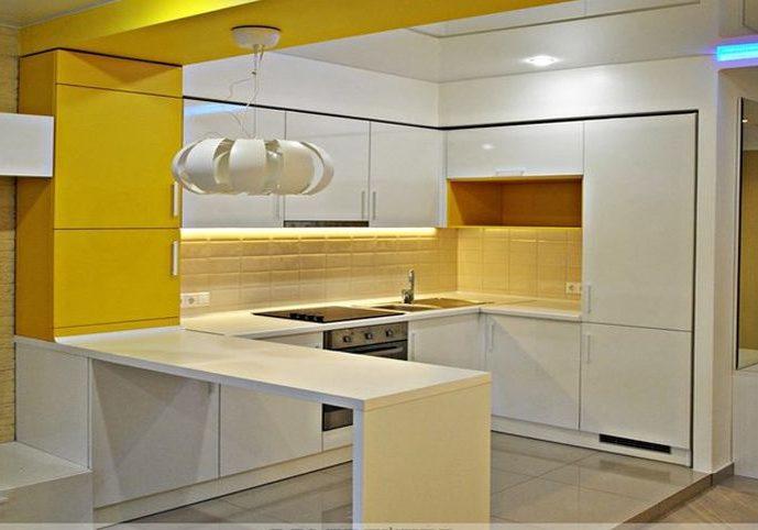 п-образый кухонный гарнитур бело-желтого цвета с барной стойкой
